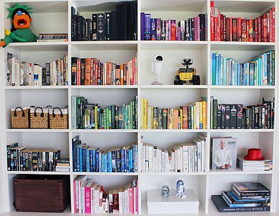 Färgkoordera bokhyllan