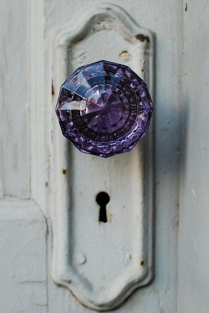 Lila dörrknopp i inredningen